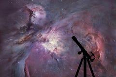 Utrymmebakgrund med konturn av teleskopet Orion Nebula Royaltyfri Foto
