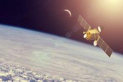 Utrymmekommunikationssatellit i omlopp runt om jorden Best?ndsdelar av denna avbildar m?blerat av NASA arkivfoto