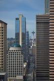 Utrymmevisare som kikar mellan stadsskyskrapor Royaltyfri Foto
