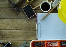 Utrzymania wyposażenia narzędzia na drewnie zgłaszają tła dla pracy obraz stock