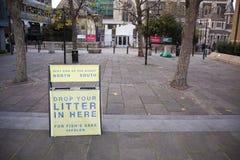 Utrzymanie czysty Zadawala kroplę w Londyn Tutaj Twój ściółka, Zjednoczone Królestwo fotografia stock