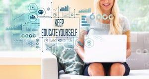 Utrzymanie ono kształci z kobietą używa laptop obraz royalty free