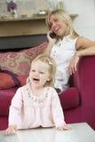 utrzymanie pokoju dziecka matce użyć telefonu Zdjęcia Stock