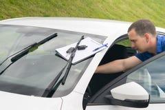 Utrzymanie pracownik sprawdza białego samochód obrazy stock