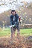 Utrzymanie pracownik używa liść dmuchawę Fotografia Royalty Free