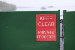 Utrzymanie własności prywatnej znaka jasna czerwień na zielonej stali zamykał zamykającego bramy nieruchomości wyłącznego Loch Lo Zdjęcia Stock