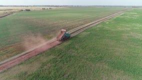 Utrzymanie wsi droga, duża zieleni ciężarówka wywala żwir zbiory