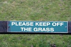 Utrzymanie z trawa znaka Obrazy Royalty Free