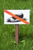 Utrzymanie z trawa znaka Zdjęcie Royalty Free