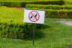 Utrzymanie z trawa znaka Zdjęcia Stock