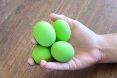 Utrzymany jajko, wieka jajko w ręce Obrazy Royalty Free
