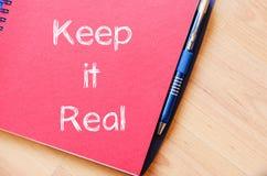 Utrzymuje mnie pisać na notatniku real zdjęcie royalty free