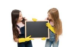 Utrzymuje mnie staranny Dzieci w wieku szkolnym trzyma pustego blackboard w gumowych rękawiczkach Mali ucznie robi ich obowiązkom zdjęcie royalty free