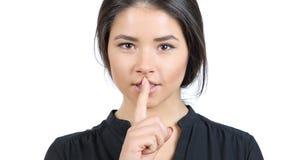 Utrzymuje sekret, cisza gest Piękną dziewczyną fotografia stock