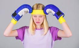 Utrzymuje spok?j i dostaje pozbywaj?cy si? migrena Rytm migrena Dziewczyn bokserskie r?kawiczki m?czy? walczy? Silna kobieta cier fotografia stock
