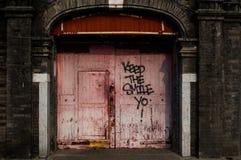 Utrzymuje uśmiechu †'graffiti na Drewnianej bramie w Pekin, Chiny Zdjęcia Stock