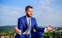 Utrzymywać spokój wśrodku jego duszy Biznesmena formalny kostium siedzi lotos pozę i medytować outdoors Przedsiębiorcy znaleziska obrazy royalty free