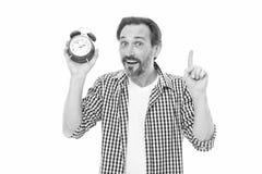 Utrzymywa? ?lad czas Dojrza?y chronometra?ysta z analogowym zegarowym wskazuje palcem w g?r? Doro?le? m??czyzny mienia budzika br fotografia royalty free