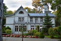 Utsökt europé restorated trähus av det tidigt - cen för th 20 royaltyfria foton