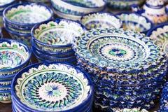 Utsökt färgrik uzbekisk keramisk disk Arkivfoton