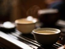 Utsökt grönt te i liten medicinflaska på teceremoni för traditionell kines Uppsättning av utrustning Royaltyfri Foto