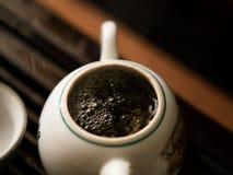 Utsökt grönt te i tekanna på teceremoni för traditionell kines Uppsättning av utrustning Royaltyfri Fotografi