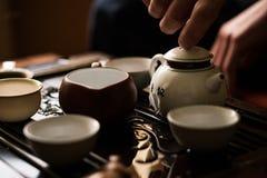 Utsökt grönt te i tekanna på teceremoni för traditionell kines Uppsättning av utrustning Royaltyfria Bilder
