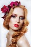 Utsökt kastanjebrun kvinna med kransen av blommor och lock Fotografering för Bildbyråer