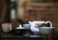 Utsökt varmt te i tekanna på teceremoni för traditionell kines Uppsättning av utrustning Arkivbild