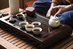 Utsökt varmt te i tekanna på teceremoni för traditionell kines Uppsättning av utrustning Royaltyfria Foton