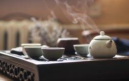 Utsökt varmt te i tekanna på teceremoni för traditionell kines Uppsättning av utrustning Fotografering för Bildbyråer