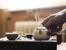 Utsökt varmt te i tekanna på teceremoni för traditionell kines Uppsättning av utrustning Arkivfoton