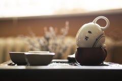 Utsökt varmt te i tekanna på teceremoni för traditionell kines Uppsättning av utrustning Royaltyfri Foto