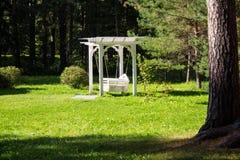 Utsökt vit gunga i trädgården Bruk för avkoppling eller dekor Arkivbild