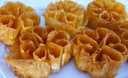 Utsökta sötsakblommor som göras med mjöl, ägget och honey2 Arkivbilder