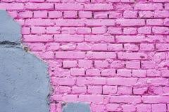 Utsatt tegelsten på den skadade väggen, abstrakt bakgrund från konkret och målad stads- bakgrund för rosa textur för tegelstenväg Arkivfoto