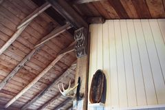 Utsatt Wood kabintak royaltyfri bild