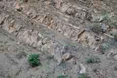 Utsatta sedimentär stenlager på grekisk berglutning Fotografering för Bildbyråer