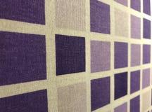 Utseende av plädtextilyttersida med purpurfärgade fyrkanter Arkivbilder