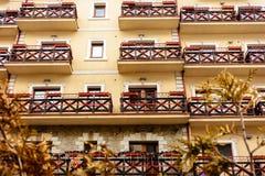 Utseendet av hotellet är härligt, extremt komplext, perspektivet, balkonger arkivfoto