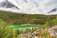 Utsikt sjö & dimmiga berg Royaltyfria Foton