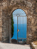 Utsikt till och med en port på havet, Kroatien Arkivbilder