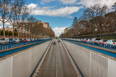 Utsikten av gatan med en nedstigning in i tunnelen i Madrid Arkivfoton