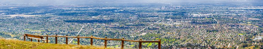 Utsiktpunkt som f?rbiser San Jose, hj?rtan av Silicon Valley; s?dra San Francisco Bay omr?de, Kalifornien royaltyfri foto