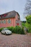 Utskjutande bil som parkeras i inre gård av huset i Baden Royaltyfria Bilder