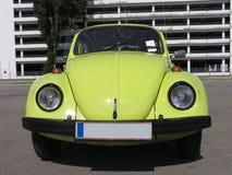 utskjutande klassisk designvolkswagen yellow royaltyfri bild