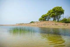 Utskjutning av Kaiafas sjön in i havet, Grekland arkivbild