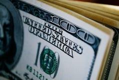 Utskrift av detaljen av dollarräkningen för Förenta staterna 100 Arkivfoton
