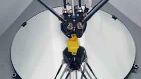 Utskrift med den plast- trådglödtråden på skrivaren 3D Timelapse lager videofilmer