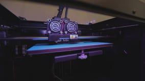 Utskrift på en skrivare 3D arbete f?r skrivare 3D Industriell utskrift på skrivaren 3D lager videofilmer